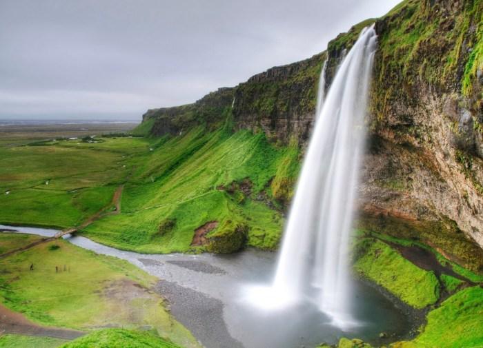 Stunning-Seljalandsfoss-Waterfall